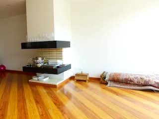 Una sala de estar llena de muebles y un suelo de madera en Floresta de Alcalá