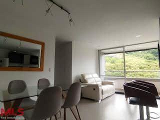 Una sala de estar llena de muebles y una ventana en La Provincia