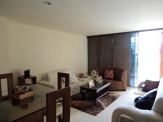 Una sala de estar llena de muebles y una mesa en Apartamento en venta en Simón Bolívar, 123mt con terraza