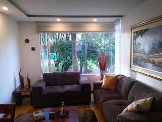 Una sala de estar llena de muebles y una ventana en Apartamento En Venta En Mirandela de 73m2