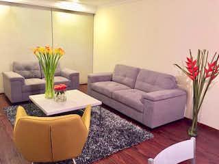 Una sala de estar llena de muebles y una planta en maceta en Apartamento en venta en Chicó Navarra de 2 alcoba