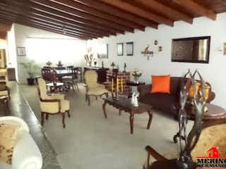 Una sala de estar llena de muebles y una televisión de pantalla plana en Casa en venta en Calasanz de 324mts