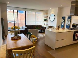 Una sala de estar llena de muebles y una gran ventana en Apartamento en venta en La Cabrera de 100m2
