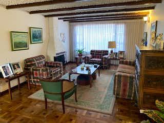 Una sala de estar llena de muebles y una ventana en Casa en venta en La Floresta de 330m2