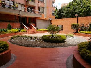 Una planta en maceta sentada encima de una maceta en Apartamento en venta en Barrio Usaquén de 3 habitaciones