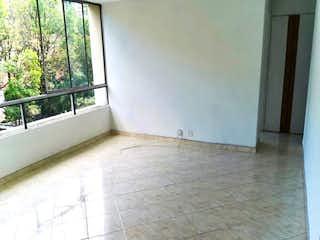Un cuarto de baño con un inodoro blanco y una ventana en Apartamento en venta en La Tomatera, 104mt