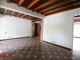 Una cocina con nevera y una mesa en Villagrande
