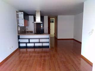 Una sala de estar con suelos de madera dura y un suelo de madera en Apartamento En venta En Chicó Navarra de 84m2