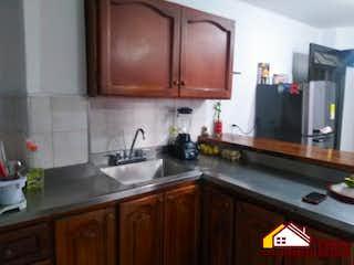 Una cocina con armarios de madera y un fregadero en Apartamento en venta en Centro, de 80mtrs2