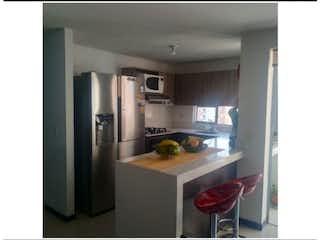 Una cocina con nevera y una mesa en Apartamento en venta en Los Colores, de 74mtrs2