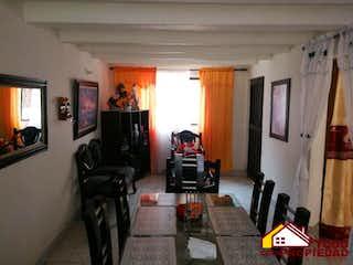 Una sala de estar llena de muebles y una televisión de pantalla plana en Casa ParaVenta, CÓDIGO 6314