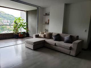 Una sala de estar llena de muebles y una gran ventana en Apartamento en Venta LOMA DE LAS BRUJAS