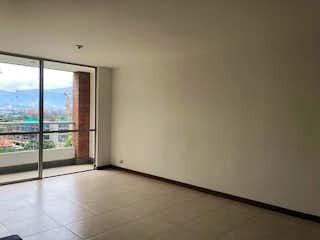 Un cuarto de baño con una puerta de cristal y una ventana en Apartamento en venta en La Aguacatala de dos alcobas