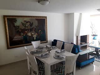 Una habitación con una mesa y una mesa en Apartamento en Venta en Usaquén de 92m2