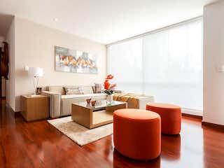 Una sala de estar llena de muebles y una gran ventana en Alameda Plaza