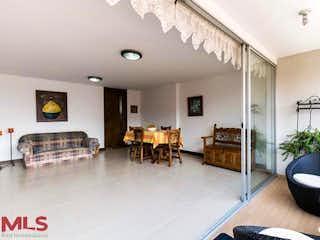 Una sala de estar llena de muebles y una mesa en Torre Del Viento