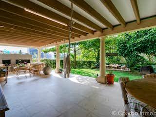 Una zona de patio con una mesa y sillas en Casa en venta en El Tesoro de 3 habitaciones