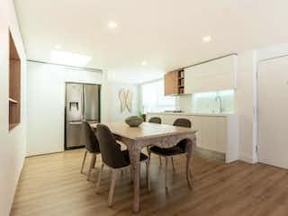 Una sala de estar llena de muebles y un suelo de madera en Apartamento En Arriendo/venta En Bogota Usaquén