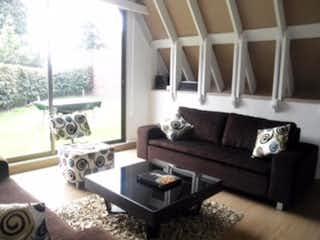 Una sala de estar llena de muebles y una ventana en Casa En Venta En Bogota Multicentro-Usaquén- 3 alcobas
