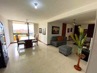 Una sala de estar llena de muebles y una televisión de pantalla plana en Apartamento en venta en Loma de los Bernal, 95mt con balcon