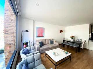 Una sala de estar llena de muebles y una televisión de pantalla plana en Apartamento En Venta En El Refugio de 62m2
