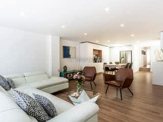 Una sala de estar llena de muebles y una mesa en Venta Apartamento Santa Barbara Central