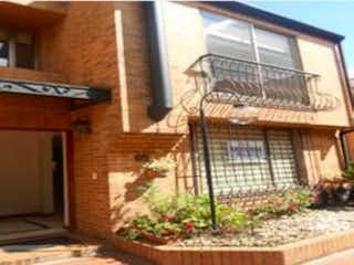Un edificio que tiene un gran ventanal en él en Casa en Venta GRATAMIRA