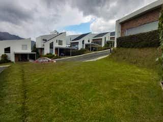 Una vista de una casa en la hierba en Lote en venta en El Retiro, 217mt