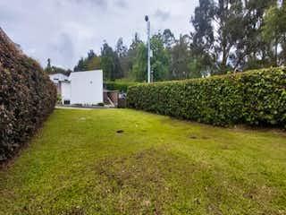 Una vista de una casa en un campo herboso en Lote en venta en  El Retiro, 232mt