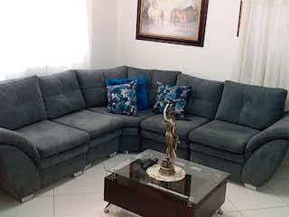 Una sala de estar con un sofá y una mesa de café en Casa en venta en Comuna 13, 124mt de dos niveles