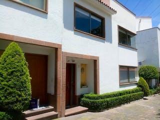 Una casa que tiene una ventana en ella en Casa en Condominio en San Jerónimo