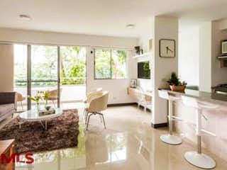 Una sala de estar llena de muebles y una ventana en Hacienda Niquia