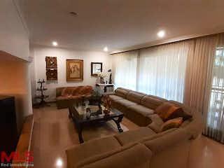 Una sala de estar llena de muebles y una gran ventana en La Primavera