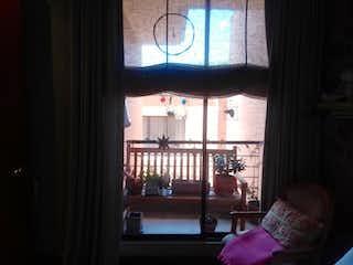 Una mujer sentada delante de una ventana en Apartamento En venta En Chico Navarra de 62m2