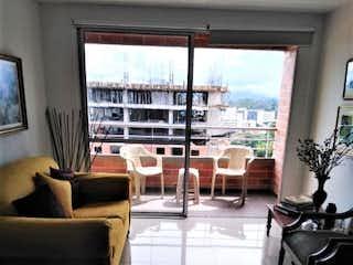 Una sala de estar llena de muebles y una ventana en MAKALU