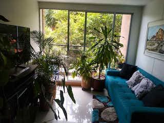 Una sala de estar llena de muebles y una gran ventana en Apartamento en venta en El Trapiche, de 72mtrs2