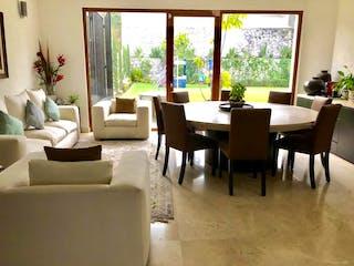 Una sala de estar llena de muebles y una gran ventana en Casa en venta en Cuevitas, de 435mtrs2