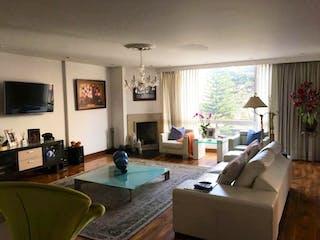Una sala de estar llena de muebles y una chimenea en Apartamento en Bogota Santa Bibiana - con sala con chimenea
