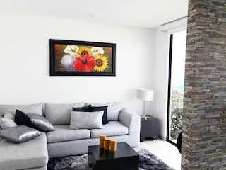 Una sala de estar llena de muebles y una chimenea en Quintas del Majuy