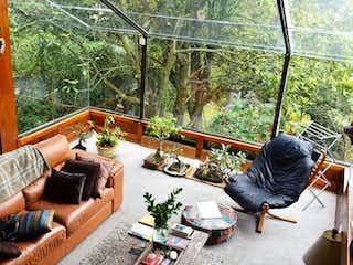 Un hombre sentado en un sofá en una sala de estar en Casa En Venta En Bogota Bosques De Provenza