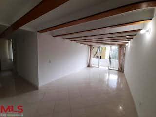 Una vista de una habitación con un ventilador de techo en Cataluña