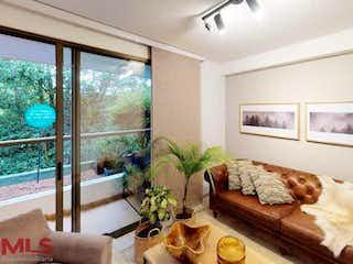 Una sala de estar llena de muebles y una gran ventana en Canto