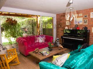 Una cama sentada en un dormitorio junto a una ventana en Casa en venta en Suramérica de 349mts