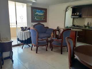 Una sala de estar llena de muebles y una ventana en Apartamento en venta en Bombona de tres habitaciones