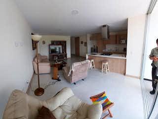 Una sala de estar llena de muebles y una ventana en murano de la florida