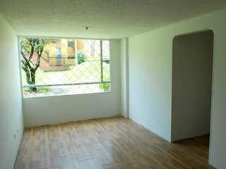 Un cuarto de baño con un inodoro y una ventana en Apartamento En Venta En Prado Veraniego de 55m2
