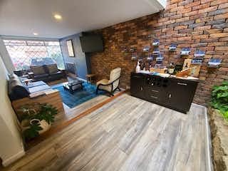 Una sala de estar llena de muebles y una televisión de pantalla plana en Casa en venta en Niza de 229m2