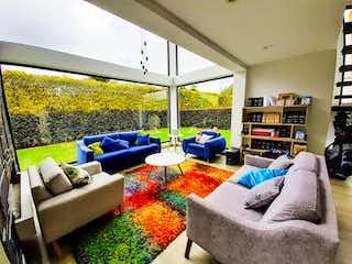 Una sala de estar llena de muebles y una gran ventana en Suomi