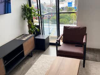 Una sala de estar llena de muebles y una gran ventana en Apartamento en venta en Nueva autopista de 47m2