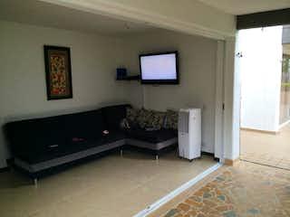 Una sala de estar llena de muebles y una televisión de pantalla plana en Apartamento en venta en Casco Urbano Santa Fé de Antioquia, de 100mtrs2